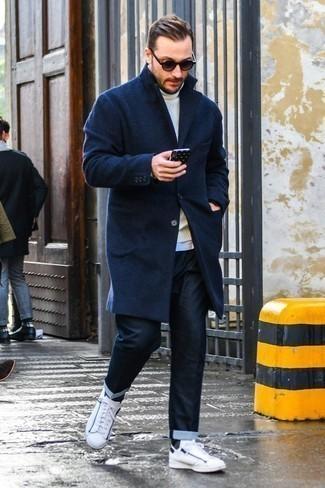 30 Jährige: Hose kombinieren: trends 2020: Die Paarung aus einem dunkelblauen Mantel und einer Hose ist eine kluge Wahl für einen Tag im Büro. Weiße Leder niedrige Sneakers sind eine perfekte Wahl, um dieses Outfit zu vervollständigen.