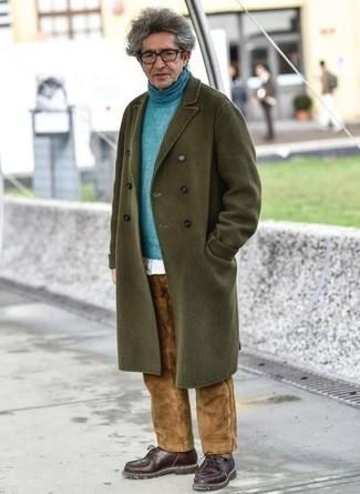 Dunkelrote Chukka-Stiefel aus Leder kombinieren – 47 Herren Outfits: Ein olivgrüner Mantel und eine braune Cord Chinohose sind eine großartige Outfit-Formel für Ihre Sammlung. Wenn Sie nicht durch und durch formal auftreten möchten, komplettieren Sie Ihr Outfit mit dunkelroten Chukka-Stiefeln aus Leder.