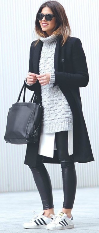 Wie kombinieren: schwarzer Mantel, grauer Strick Rollkragenpullover, weiße Tunika, schwarze Lederleggings