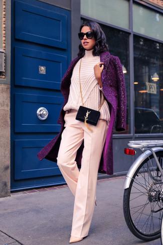 Wie kombinieren: lila Mantel, rosa Strick Rollkragenpullover, rosa weite Hose, hellbeige Leder Pumps