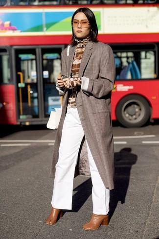 Rotbraune Leder Stiefeletten kombinieren: Ein brauner Mantel mit Schottenmuster und eine weiße weite Hose aus Jeans erzielen ein verfeinertes Outfit, das aber immer schick bleibt. Dieses Outfit passt hervorragend zusammen mit rotbraunen Leder Stiefeletten.