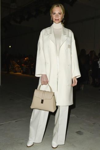 Wie kombinieren: weißer Mantel, weißer Rollkragenpullover, weiße weite Hose, weiße Leder Stiefeletten
