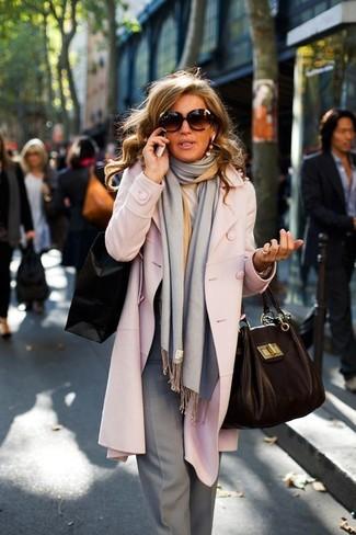 Rosa Mantel, Graue Anzughose, Schwarze Shopper Tasche aus Leder, Grauer Schal für Damen