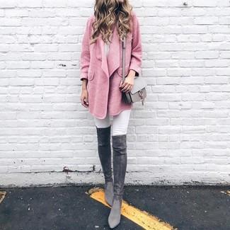 Wie kombinieren: rosa Mantel, weiße enge Jeans, dunkelgraue Overknee Stiefel aus Wildleder, graue Leder Umhängetasche