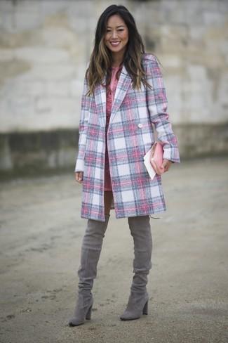 Rosa Leder Clutch kombinieren – 94 Damen Outfits: Um eine lässige und coole Silhouette zu erzeugen, probieren Sie diese Paarung aus einem rosa Mantel mit Schottenmuster und einer rosa Leder Clutch. Fühlen Sie sich ideenreich? Entscheiden Sie sich für grauen Overknee Stiefel aus Wildleder.