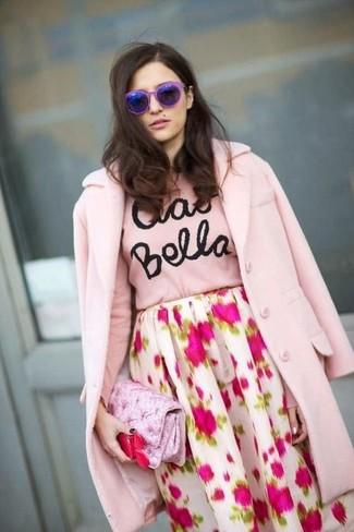Wie kombinieren  rosa Mantel, rosa bedruckter Pullover mit einem  Rundhalsausschnitt, weißer und rosa 89e58b87f7
