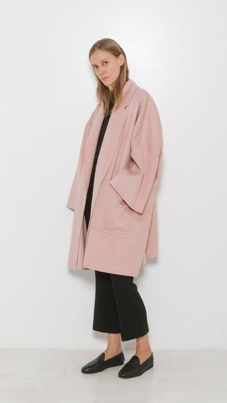 Damen Outfits & Modetrends 2020 für kühl Wetter: Ein rosa Mantel und eine schwarze Schlaghose schaffen einen verfeinerten Look, der aber immer stylisch bleibt und Ihre Persönlichkeit unterstreicht. Schwarze Leder Slipper sind eine gute Wahl, um dieses Outfit zu vervollständigen.
