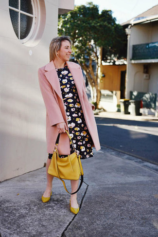 Wie kombinieren: rosa Mantel, schwarzes Skaterkleid mit Blumenmuster, senf Leder Ballerinas, senf Shopper Tasche aus Leder
