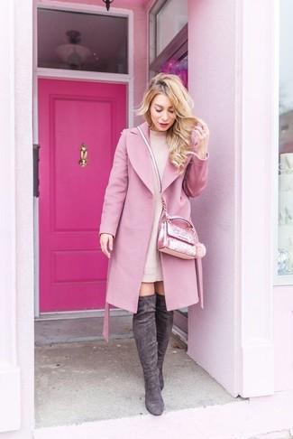 Wie kombinieren: rosa Mantel, rosa Sweatkleid, dunkelgraue Overknee Stiefel aus Wildleder, rosa verzierte Umhängetasche
