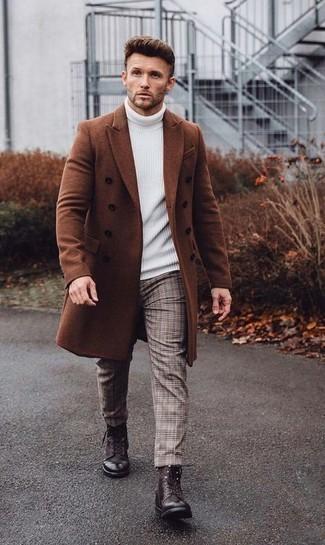 Dunkelbraune Lederfreizeitstiefel kombinieren für Frühling: trends 2020: Vereinigen Sie einen rotbraunen Mantel mit einer beige Chinohose mit Schottenmuster für einen für die Arbeit geeigneten Look. Eine dunkelbraune Lederfreizeitstiefel sind eine kluge Wahl, um dieses Outfit zu vervollständigen. Ein insgesamt sehr cooler Übergangs-Look.