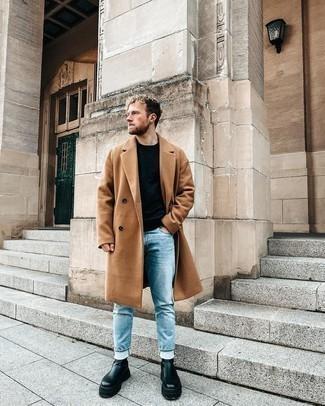 Hellblaue Jeans kombinieren – 1200+ Herren Outfits: Tragen Sie einen rotbraunen Mantel und hellblauen Jeans, um einen modischen Freizeitlook zu kreieren. Fühlen Sie sich mutig? Vervollständigen Sie Ihr Outfit mit schwarzen Chelsea Boots aus Leder.