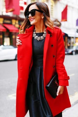 Wie kombinieren: roter Mantel, schwarzes ausgestelltes Kleid aus Satin, schwarze Leder Clutch, transparente Halskette