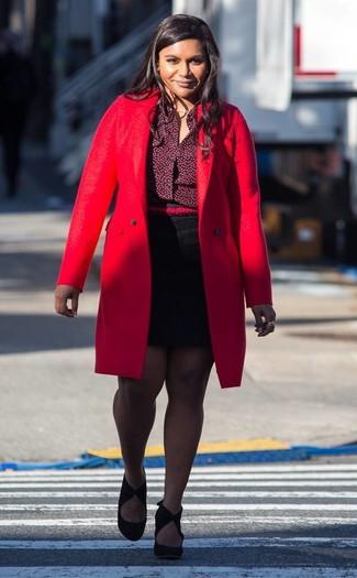 Wie kombinieren: roter Mantel, dunkelrotes Businesshemd, schwarzer Minirock, schwarze Wildleder Pumps