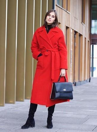 Wie kombinieren: roter Mantel, schwarzer Rollkragenpullover, schwarze kniehohe Stiefel aus Wildleder, dunkelblaue Satchel-Tasche aus Leder