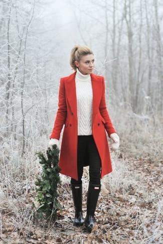 Wie kombinieren: roter Mantel, weißer Strick Rollkragenpullover, schwarze enge Jeans, schwarze Gummistiefel