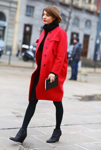 Wie kombinieren: roter Mantel, schwarzes Strick Sweatkleid, schwarze Keilstiefeletten aus Leder, schwarze Wollstrumpfhose