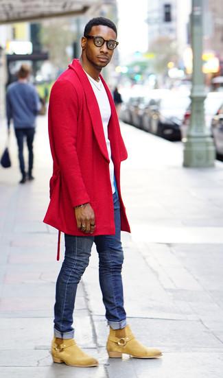Wie kombinieren: roter Mantel, weißes T-Shirt mit einem Rundhalsausschnitt, blaue enge Jeans, beige Chelsea-Stiefel aus Wildleder