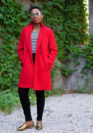 Wie kombinieren: roter Mantel, weißes und dunkelblaues horizontal gestreiftes T-Shirt mit einem Rundhalsausschnitt, schwarze enge Jeans, goldene Leder Slipper