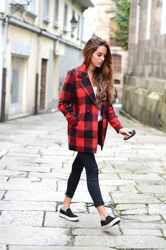 Wie kombinieren: roter und schwarzer Mantel mit Karomuster, weißes T-Shirt mit einem Rundhalsausschnitt, schwarze enge Jeans, schwarze Slip-On Sneakers aus Wildleder