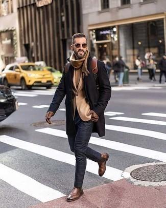 Rucksack kombinieren – 500+ Herren Outfits: Für ein bequemes Couch-Outfit, kombinieren Sie einen schwarzen Mantel mit einem Rucksack. Fühlen Sie sich ideenreich? Entscheiden Sie sich für braunen Chelsea Boots aus Leder.