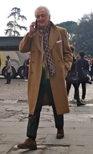 60 Jährige: Outfits Herren 2020: Kombinieren Sie einen camel Mantel mit einer schwarzen Anzughose für einen stilvollen, eleganten Look. Fühlen Sie sich mutig? Entscheiden Sie sich für braunen Wildleder Derby Schuhe.