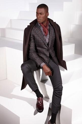 Wie kombinieren: dunkelbrauner Mantel, dunkelgraues Wollsakko mit Karomuster, graues gepunktetes Businesshemd, dunkelgraue Anzughose