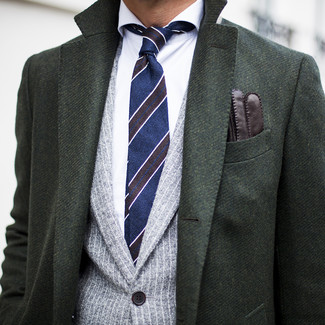 Wie kombinieren: dunkelgrüner Mantel, graues vertikal gestreiftes Sakko, weißes Businesshemd, dunkelblaue horizontal gestreifte Krawatte