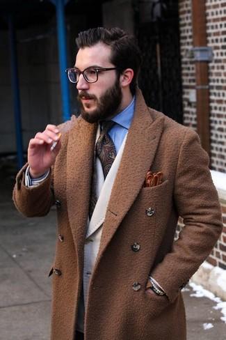 Braune Lederhandschuhe kombinieren: trends 2020: Für ein bequemes Couch-Outfit, vereinigen Sie einen braunen Mantel mit braunen Lederhandschuhen.