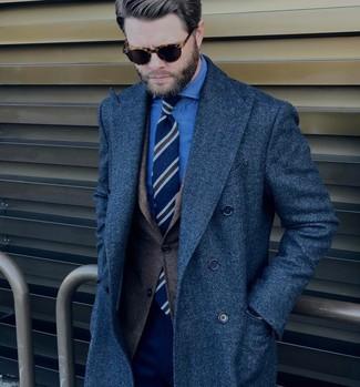 Wie kombinieren: dunkelblauer Mantel, dunkelbraunes Wollsakko, blaues Chambray Businesshemd, dunkelblaue Anzughose