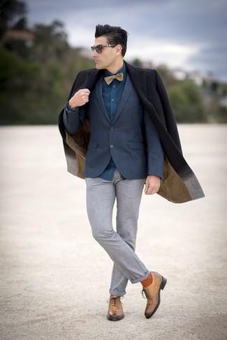 Wie kombinieren: schwarzer Mantel, dunkelblaues Wollsakko, dunkeltürkises Businesshemd, graue Wollanzughose