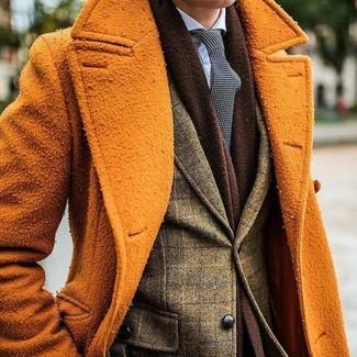 Wie kombinieren: orange Mantel, olivgrünes Wollsakko mit Karomuster, hellblaues Businesshemd, schwarze und weiße gepunktete Krawatte