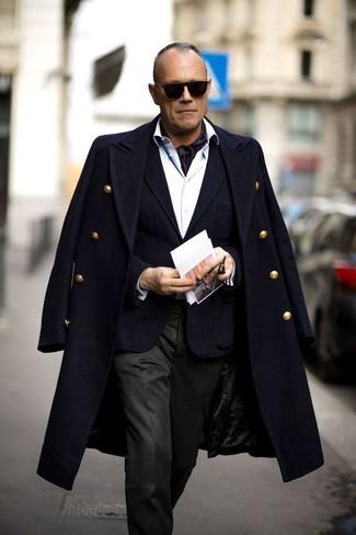 Schwarzen Schal kombinieren: trends 2020: Für ein bequemes Couch-Outfit, kombinieren Sie einen schwarzen Mantel mit einem schwarzen Schal.
