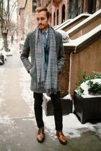 Dunkeltürkises Sakko kombinieren: trends 2020: Paaren Sie ein dunkeltürkises Sakko mit einer schwarzen Chinohose, um einen modischen Freizeitlook zu kreieren. Braune Brogue Stiefel aus Leder sind eine gute Wahl, um dieses Outfit zu vervollständigen.