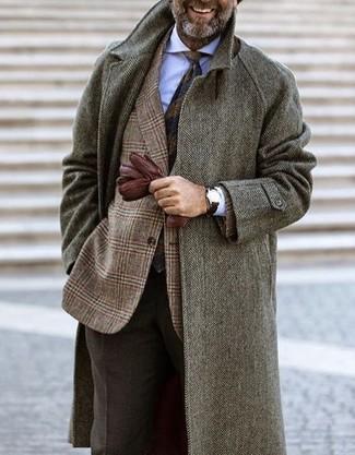Wie kombinieren: grauer Mantel mit Fischgrätenmuster, braunes Wollsakko mit Schottenmuster, weißes Businesshemd, dunkelbraune Wollanzughose