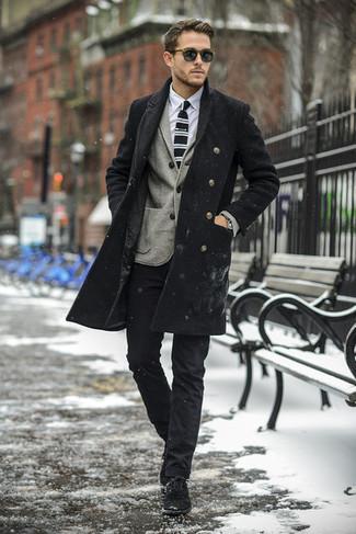 Wie kombinieren: schwarzer Mantel, graues Wollsakko, weißes Businesshemd, schwarze Chinohose