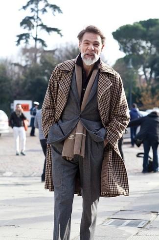 Braunen Mantel mit Vichy-Muster kombinieren: trends 2020: Vereinigen Sie einen braunen Mantel mit Vichy-Muster mit einer dunkelgrauen Anzughose für eine klassischen und verfeinerte Silhouette.