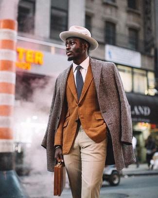 Wie kombinieren: grauer Mantel mit Fischgrätenmuster, rotbraunes Sakko mit Karomuster, weißes Businesshemd, hellbeige Anzughose
