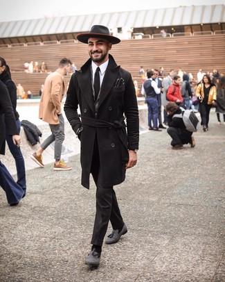 Wie kombinieren: schwarzer Mantel, graues Wollsakko mit Fischgrätenmuster, weißes Businesshemd, schwarze Anzughose