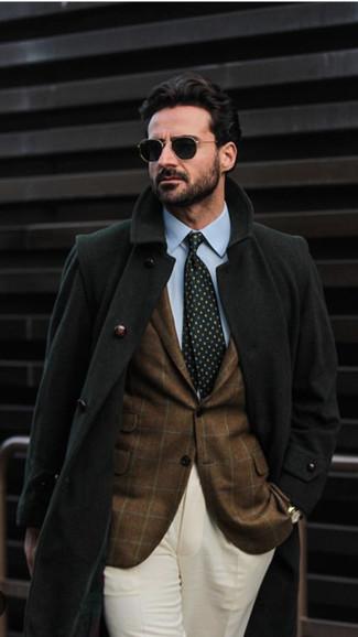 Wie kombinieren: schwarzer Mantel, braunes Sakko mit Karomuster, hellblaues Businesshemd, hellbeige Anzughose