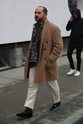 Dunkelbraunes Sakko mit Schottenmuster kombinieren: trends 2020: Entscheiden Sie sich für ein dunkelbraunes Sakko mit Schottenmuster und eine weiße Wollanzughose für einen stilvollen, eleganten Look. Dieses Outfit passt hervorragend zusammen mit dunkelbraunen Wildleder Slippern.