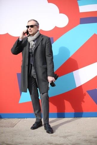 Wie kombinieren: dunkelgrauer Mantel, dunkelgraues Wollsakko, weißes Businesshemd, dunkelgraue Anzughose