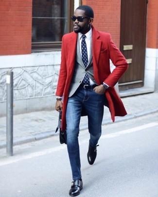 Wie kombinieren: roter Mantel, graues Sakko, weißes Businesshemd, blaue enge Jeans