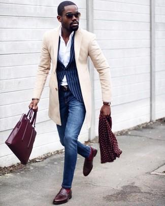 Wie kombinieren: beiger Mantel, dunkelblaues vertikal gestreiftes Sakko, weißes Businesshemd, blaue enge Jeans