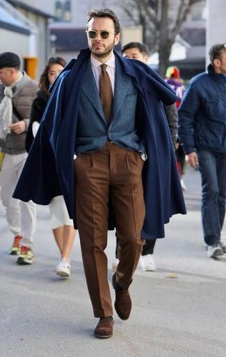 Wie kombinieren: dunkelblauer Mantel, dunkelblaues Wollsakko, weißes Businesshemd, braune Anzughose