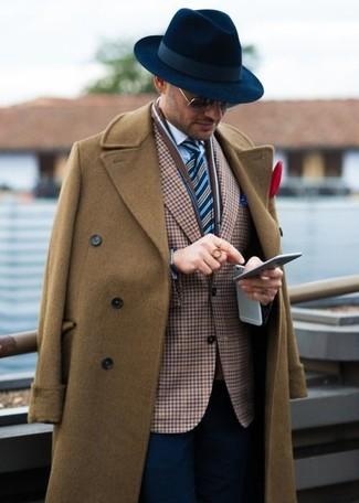 Wie kombinieren: brauner Mantel, braunes Sakko mit Vichy-Muster, weißes Businesshemd, dunkelblaue Anzughose