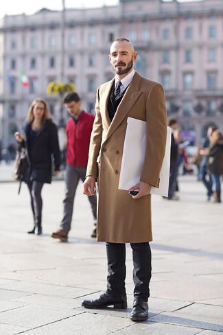 Herren Outfits & Modetrends: Vereinigen Sie einen camel Mantel mit schwarzen Jeans für Ihren Bürojob. Eine schwarze Lederfreizeitstiefel fügen sich nahtlos in einer Vielzahl von Outfits ein.