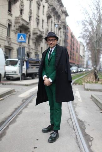 Geben Sie den bestmöglichen Look ab in einem schwarzen Mantel und einem Hut. Wählen Sie die legere Option mit schwarzen Leder Slippern mit Quasten.