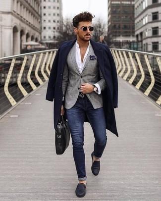 Dunkelblaues und weißes bedrucktes Einstecktuch kombinieren: trends 2020: Kombinieren Sie einen dunkelblauen Mantel mit einem dunkelblauen und weißen bedruckten Einstecktuch für einen entspannten Wochenend-Look. Wählen Sie dunkelblauen Leder Slipper, um Ihr Modebewusstsein zu zeigen.