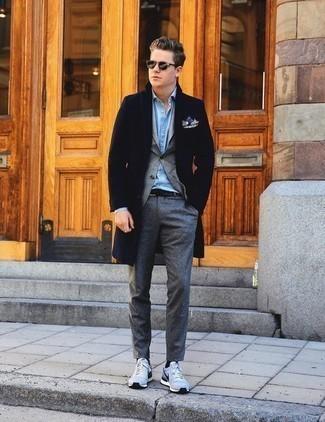 Dunkelgraue Chinohose kombinieren – 500+ Herren Outfits kalt Wetter: Stechen Sie unter anderen modebewussten Menschen hervor mit einem dunkelblauen Mantel und einer dunkelgrauen Chinohose. Fühlen Sie sich ideenreich? Wählen Sie hellblauen Sportschuhe.