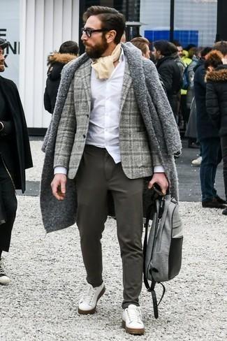 Weiße Leder niedrige Sneakers kombinieren für Winter: trends 2020: Entscheiden Sie sich für einen grauen Mantel und eine dunkelgraue Chinohose für Ihren Bürojob. Wenn Sie nicht durch und durch formal auftreten möchten, komplettieren Sie Ihr Outfit mit weißen Leder niedrigen Sneakers. Ein stylischer Look für den Winter.